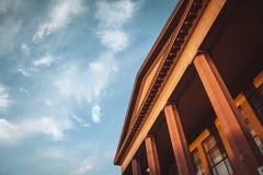 Byggnad med kolonner royaltyfria foton
