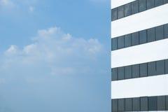Byggnad med ljus blå himmel Arkivbilder
