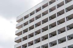 Byggnad med luftvillkor i rad Arkivfoton