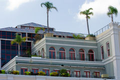 Byggnad med palmträd royaltyfri bild