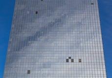 Byggnad med saknad förser med rutor av exponeringsglas Royaltyfri Foto