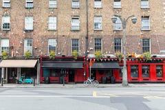 Byggnad med stången eller bar på gatan av den Dublin staden royaltyfri fotografi