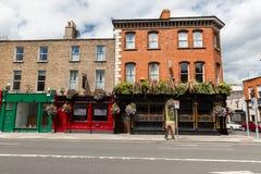 Byggnad med stången eller bar på gatan av den Dublin staden arkivfoto