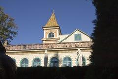 Byggnad med tornet dekorerade med keramiska Zsolnay tegelplattor Arkivfoton
