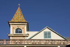 Byggnad med tornet dekorerade med keramiska Zsolnay tegelplattor Arkivfoto