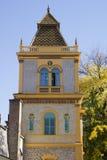 Byggnad med tornet dekorerade med keramiska Zsolnay tegelplattor Royaltyfri Bild