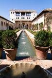 Byggnad med trädgården och springbrunnen Royaltyfri Foto