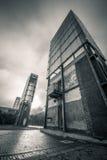 Byggnad mot dramatisk himmel arkivfoto