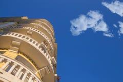Byggnad mot himlen med trevliga moln Royaltyfri Fotografi
