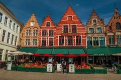 Byggnad och eateries på marknadsfyrkanten i Bruges Royaltyfri Fotografi