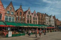 Byggnad och folk på marknadsfyrkanten i Bruges Royaltyfria Bilder