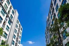 Byggnad och himmel Arkivfoto