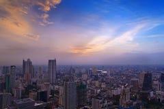 Byggnad och reflexion för övre sikt på solnedgångtid Royaltyfri Bild