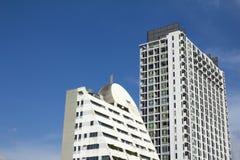 Byggnad och sky Arkivbild