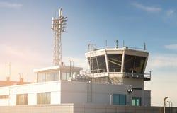 Byggnad och torn för flygtrafikkontroll i en liten flygplats Arkivbild