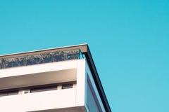 Byggnad på blå bakgrund Arkivfoto