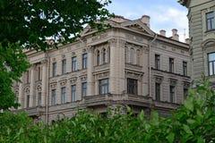 Byggnad på den Amiralitetet invallningen Royaltyfri Foto