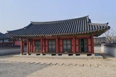 Byggnad på den Hwaseong Haenggung slotten royaltyfria foton