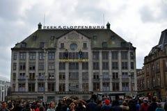 Byggnad på Fördämning-fyrkanten på citycentre Amsterdam arkivfoton