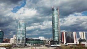 Byggnad på molnig dag materiel Sikt av skyskrapan i staden stock video