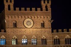 Byggnad på natten Siena Royaltyfria Foton