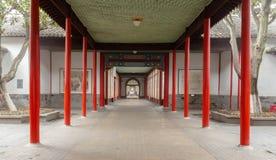 Byggnad på promenaden och de röda pelarna Arkivbilder