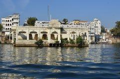 Byggnad på sjön Pichola Royaltyfri Fotografi