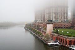 Byggnad på stranden i dimman Arkivbild
