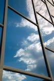 byggnad reflekterar skyen Arkivfoto