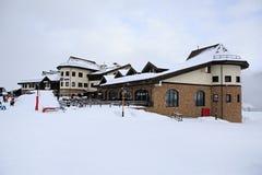 Byggnad Rose Priyut och restaurang Zima i Roza Royaltyfri Foto