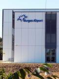 Byggnad som bearing logoen av den Sarafovo flygplatsen Arkivbild