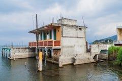 Byggnad som doppas delvist på grund av stigning jämnt av Atitlan sjön i den San Pedro La Laguna byn, Guatema royaltyfri bild
