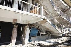 Byggnad som förstörs efter jordskalv royaltyfria bilder