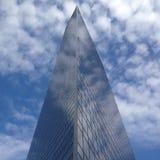 Byggnad som seglar himlen Royaltyfri Foto