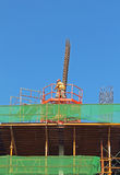 Byggnad under konstruktion med arbetaren Arkivfoton