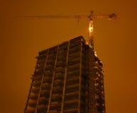 Byggnad under konstruktion med kranen arkivfoton