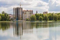 Byggnad under konstruktion på banken av den stora sjön Arkivbild