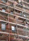 Byggnad under underhållsarbeten med metallställningen royaltyfria foton