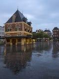 Byggnad Waag på skymning i mitten av den gamla staden leeuwarden i fr Royaltyfri Foto