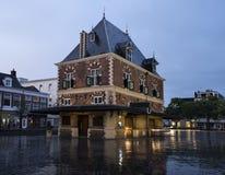 Byggnad Waag på skymning i mitten av den gamla staden leeuwarden i fr Royaltyfria Bilder