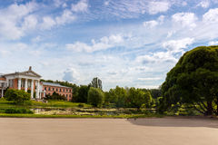 Byggnaden är av rosa tegelsten med vita kolonner på kusten av dammet Royaltyfri Bild