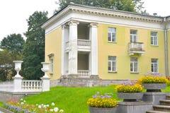 Byggnaden är i stilen av Stalin Arkivbild