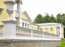 Byggnaden är i stilen av Stalin Arkivfoto