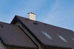 Byggnaden är under konstruktion, taket göras av keramiskt royaltyfria bilder