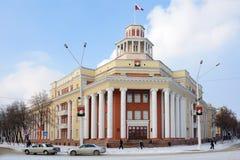 Byggnaden av administrationen av den Kemerovo staden Arkivfoto