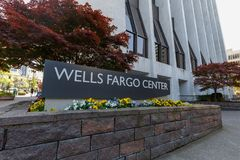 Byggnaden av brunnar Fargo Center i i stadens centrum Portland royaltyfria bilder