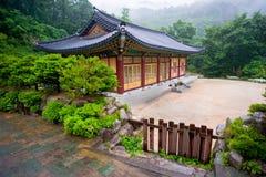 Byggnaden av den buddistSinheungsa templet i Seoraksan Royaltyfri Fotografi