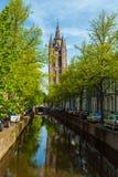 Byggnaden av den gamla kyrkan & x28en; Oude Kek& x29; i delftfajans Nederländerna Royaltyfria Foton