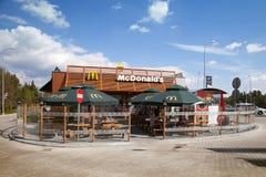 Byggnaden av den McDonald's restaurangen på vägen nära från Warszawa i Polen Royaltyfri Fotografi
