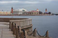 Byggnaden av den St Petersburg börsen Arkivfoto